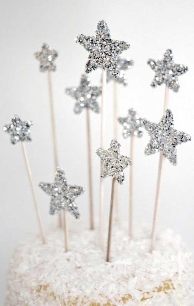 Estrelinhas prateadas são um ótimo exemplo de decoração barata para as bodas de prata