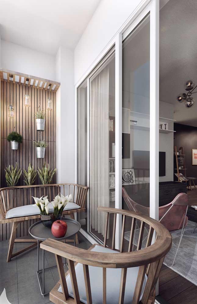 Escolha cadeiras modernas de madeira para a sacada.