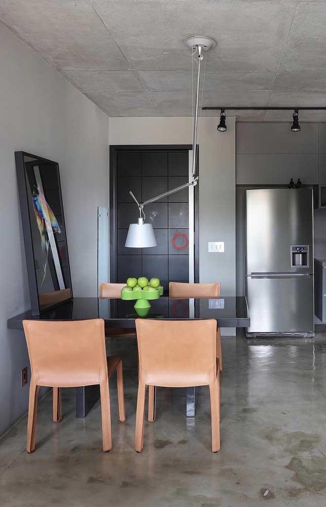Faça combinação de cores na hora de escolher cadeiras para a cozinha.