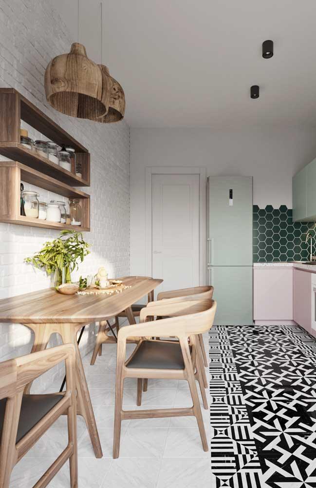 Aposte no conjunto de cadeiras e mesa de madeira para a cozinha.