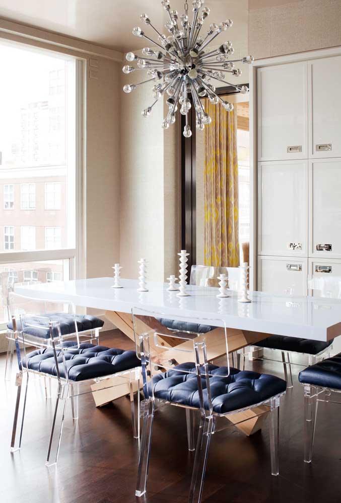 Que tal escolher cadeiras modernas transparentes?