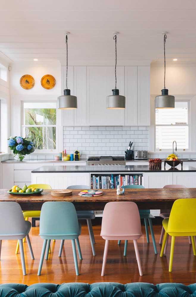 Cadeiras coloridas para deixar o ambiente mais descontraído.