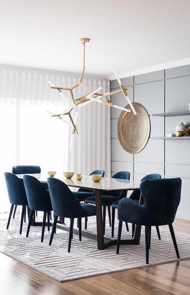 Olha o luxo que ficou essa sala de jantar com modelos de cadeiras confortáveis e imponentes como essas.