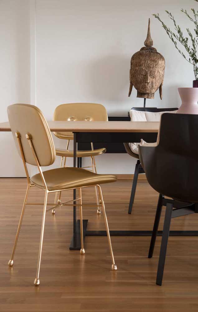 Já pensou em escolher uma cadeira totalmente dourada para deixar sua decoração mais luxuosa?