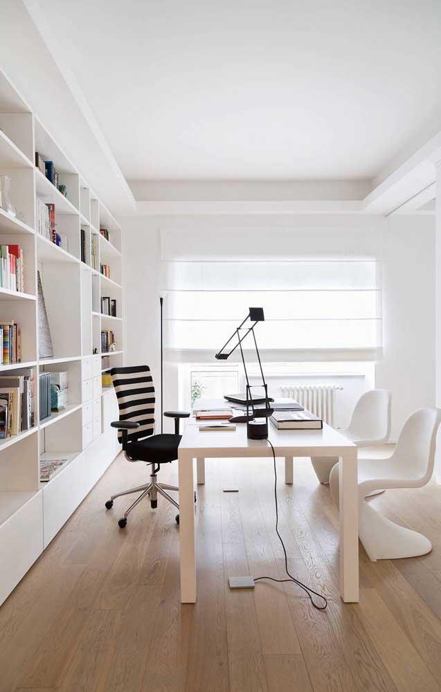 De um lado cadeiras confortáveis para seus clientes, do outro uma cadeira mais imponente para você.