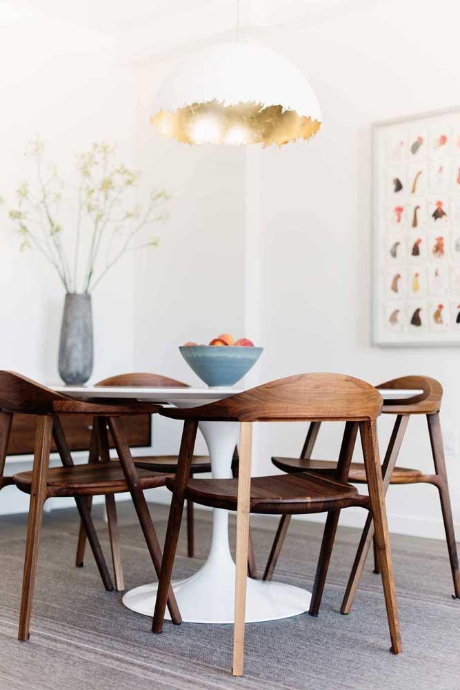 A cadeira de madeira moderna é uma ótima escolha para uma decoração rústica.