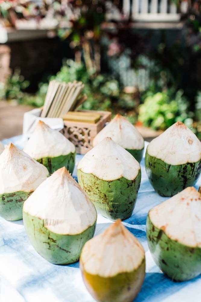 Se a festa é na praia, nada melhor do que servir água de coco para os convidados se hidratarem.