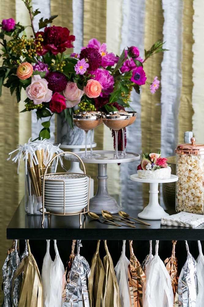 Use arranjos de flores para decorar a mesa da ceia de ano novo.