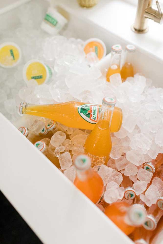 As bebidas precisam ser servidas geladas, por isso, coloque-as dentro de um recipiente com gelo.