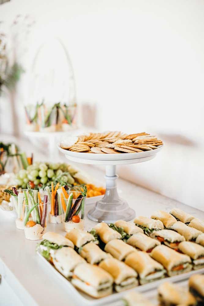 Deixe as comidas organizadas na mesa de ano novo.