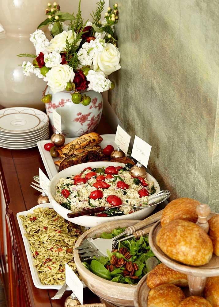 Você pode colocar os pratos da ceia de ano novo em uma mesa separada para ficar mais fácil dos convidados se servirem.