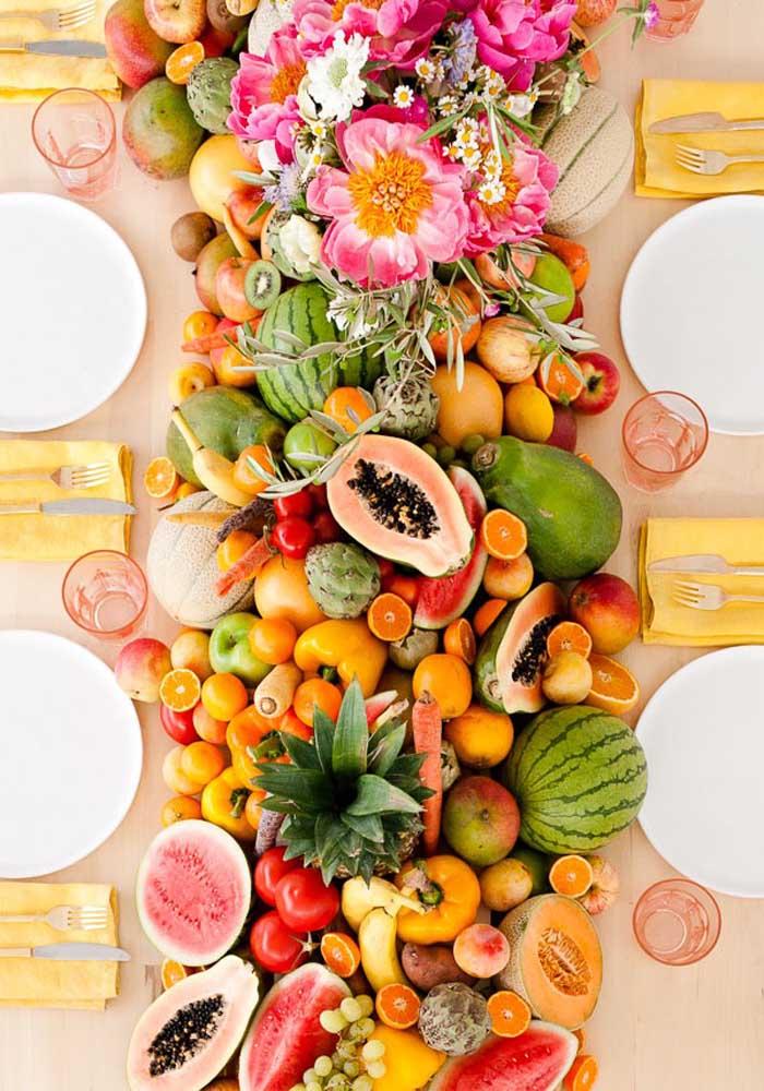 Que mistura deliciosa. Use e abuse de frutas coloridas e tropicais para decorar a mesa da ceia de ano novo.