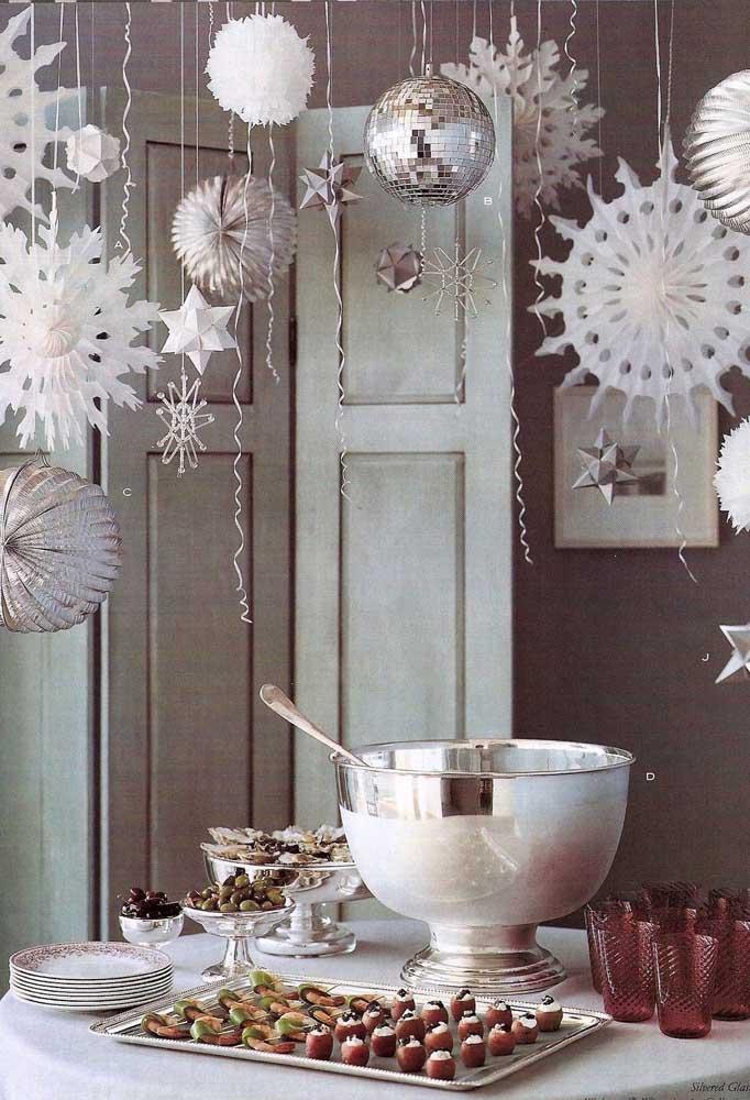 Faça uma decoração branca e prateada para comemorar a chegada do ano novo.