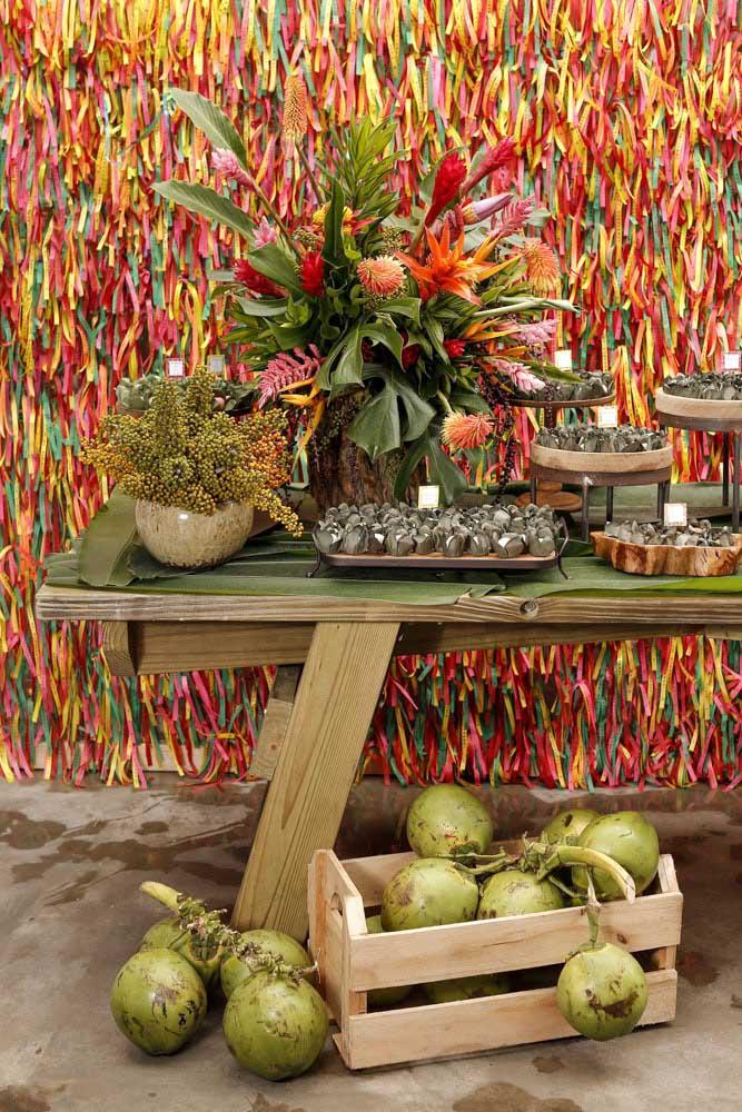 Olha que painel colorido para receber o novo ano. E é claro que arranjos de flores não podem faltar nessa decoração.