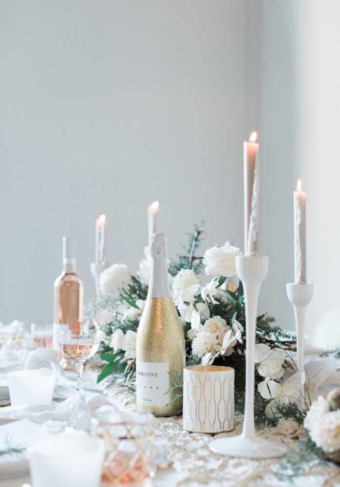Os elementos decorativos escolhidos definem o estilo da ceia de ano novo.