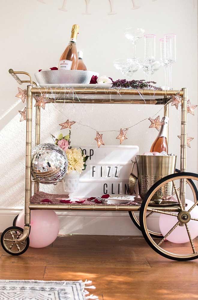 O que acha de servir a champagne em um carrinho especial como esse?