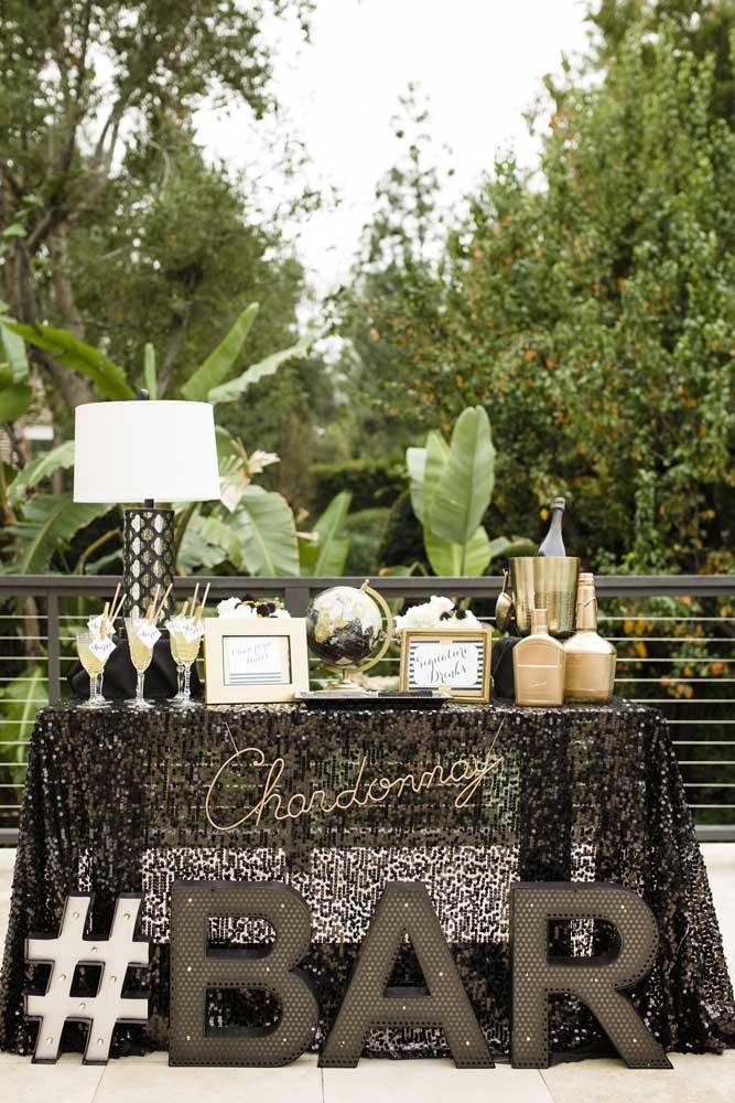 Que tal fazer um cantinho das bebidas para os convidados se servirem à vontade?