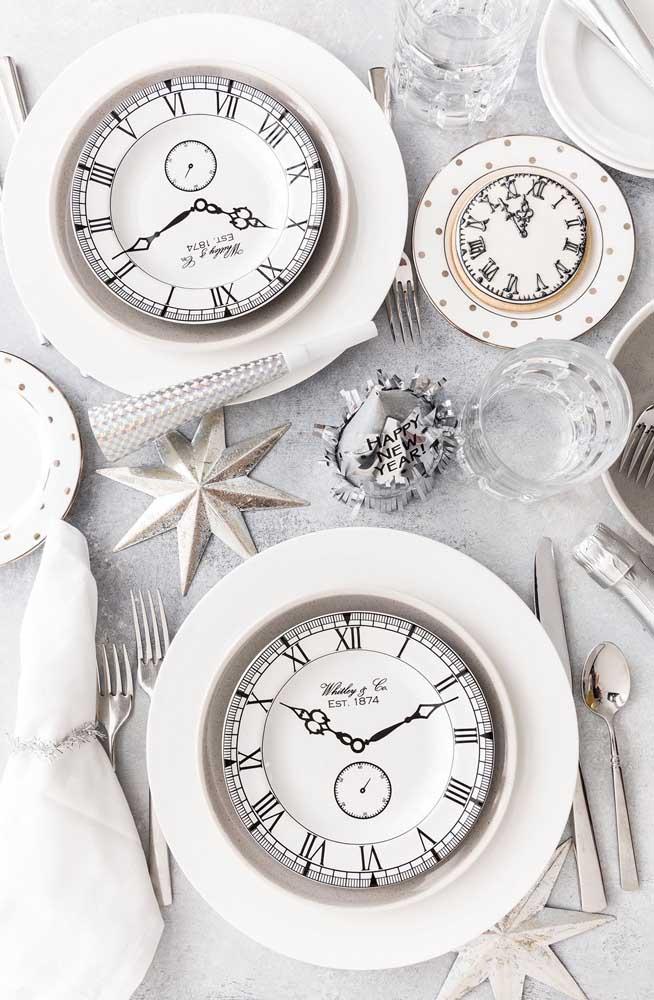 O relógio pode ser o elemento decorativo principal da decoração da ceia de ano novo.