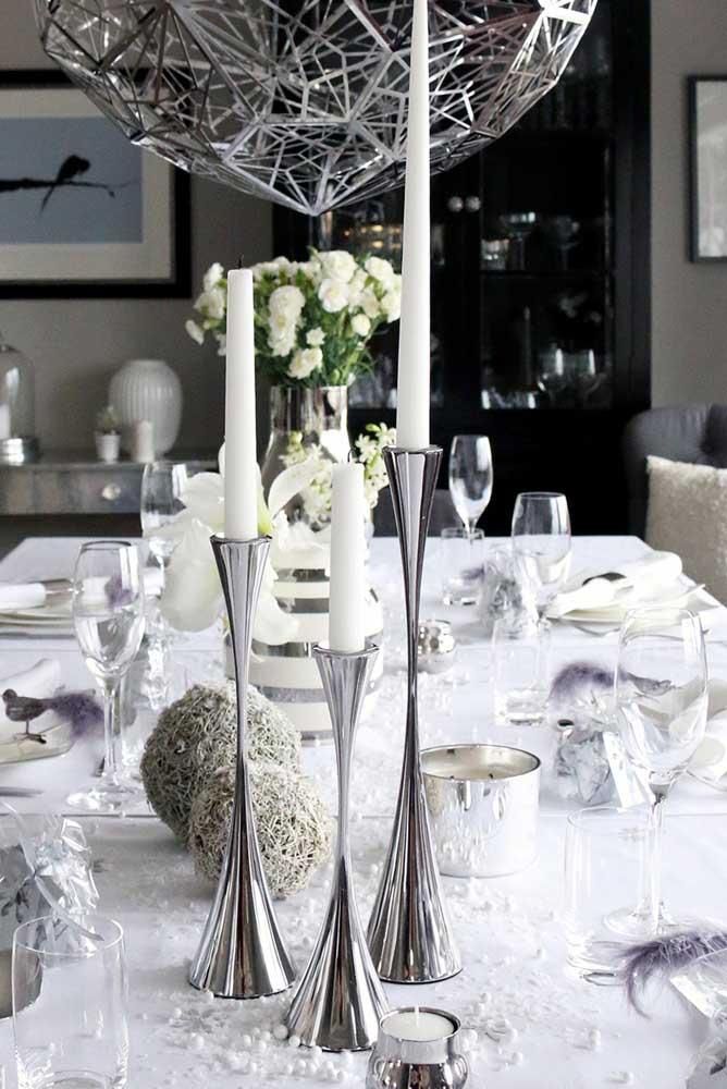 As cores branca e prata deixam a decoração mais chique e sofisticada para receber o ano novo.
