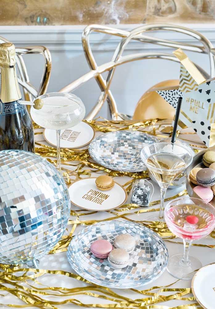 Decore a mesa de ano novo com muito brilho para iluminar o ano que está vindo.