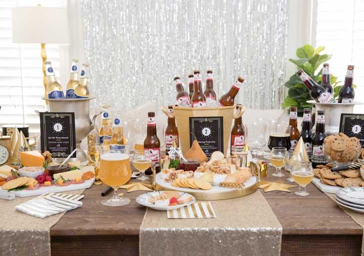 Prepare uma mesa cheia de petiscos e bebidas para seus convidados se servirem antes da ceia de ano novo.