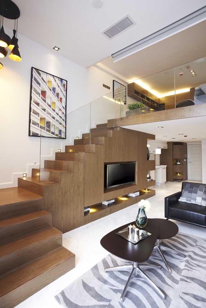 Você pode aproveitar a área embaixo da escada para colocar o painel da TV.