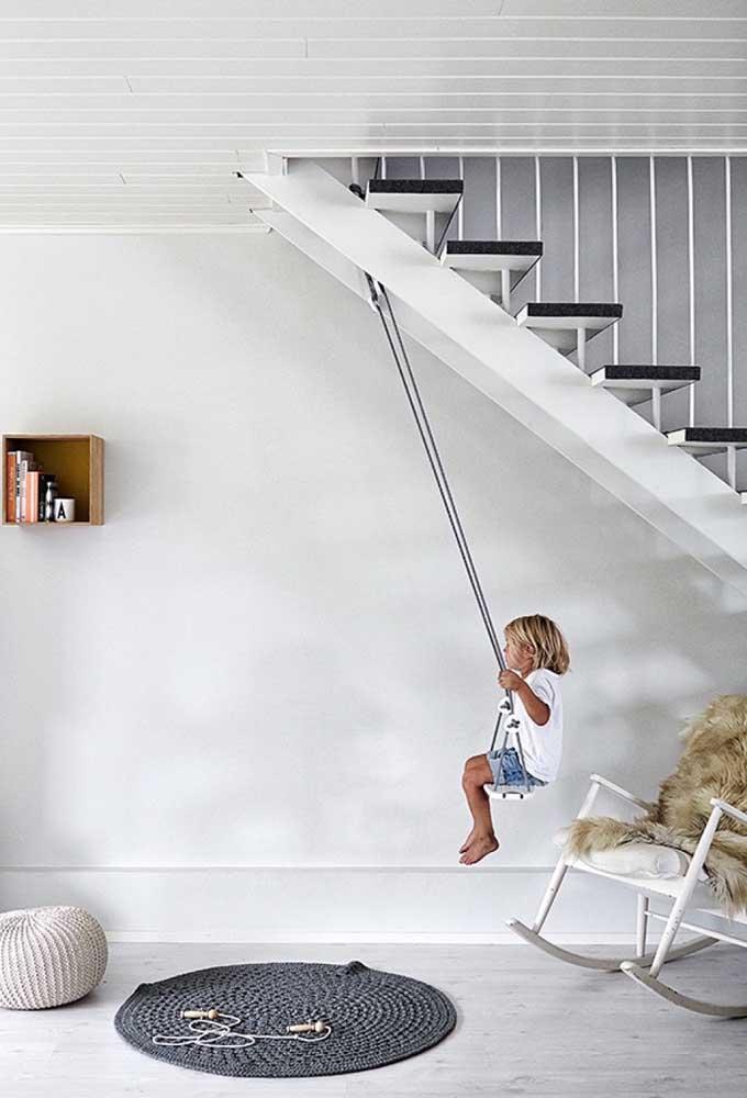 Faça um cantinho para as crianças brincarem embaixo da escada.
