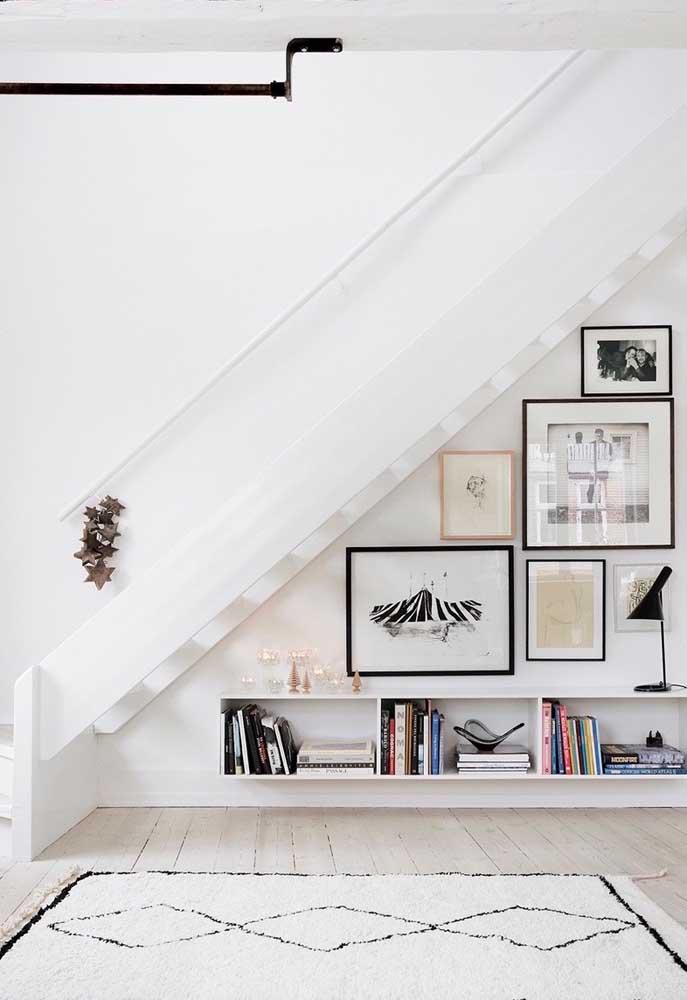 Quadros são perfeitos para decorar o espaço embaixo da escada.