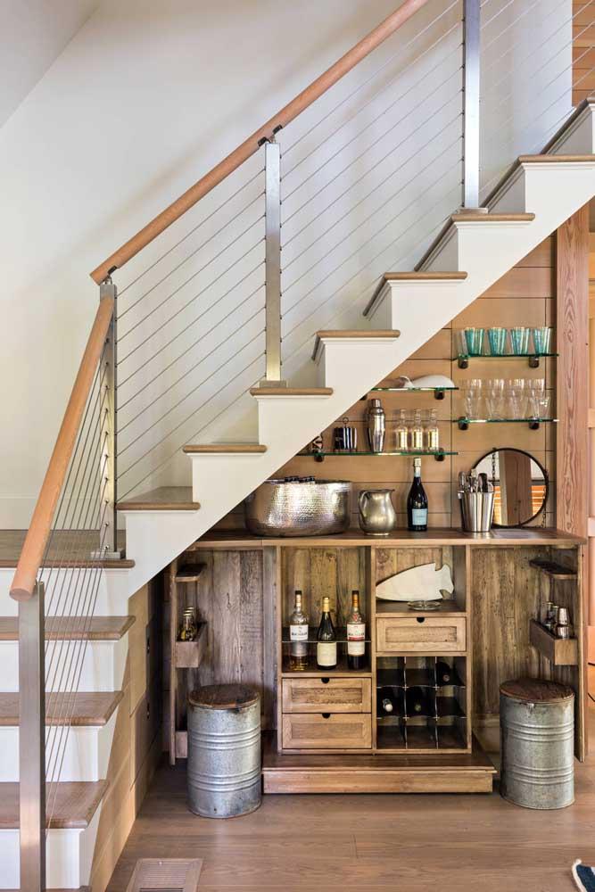 Se você não abre mão de um bom vinho, nada melhor do que fazer uma adega embaixo da escada.