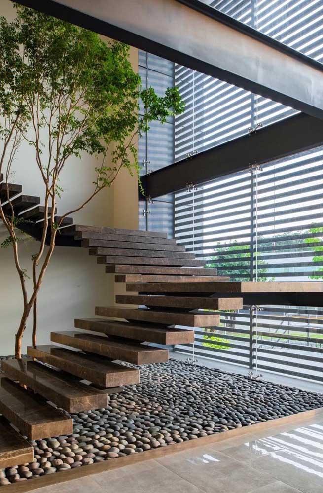 Que tal fazer uma área cheia de pedrinhas embaixo da escada?