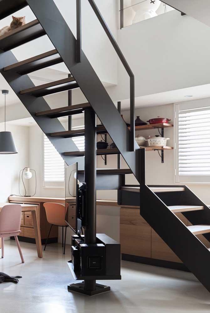 Você pode colocar a TV embaixo da escada.