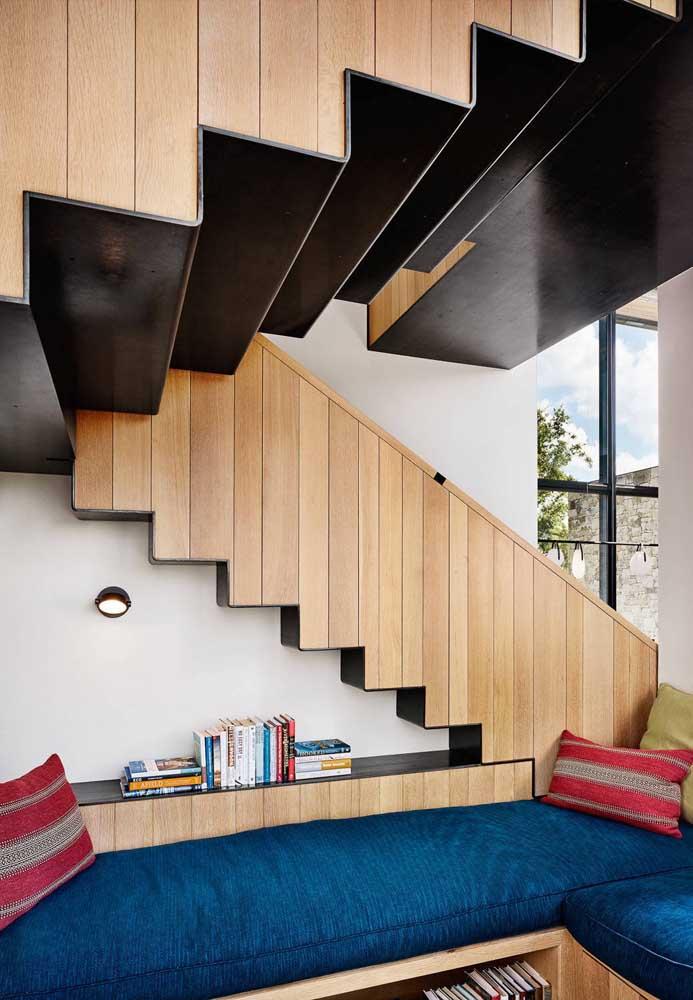 O que acha de fazer um cantinho da leitura embaixo da escada?