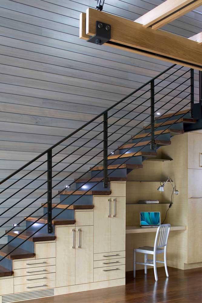 O escritório embaixo da escada é uma das opções mais usadas nesse espaço.
