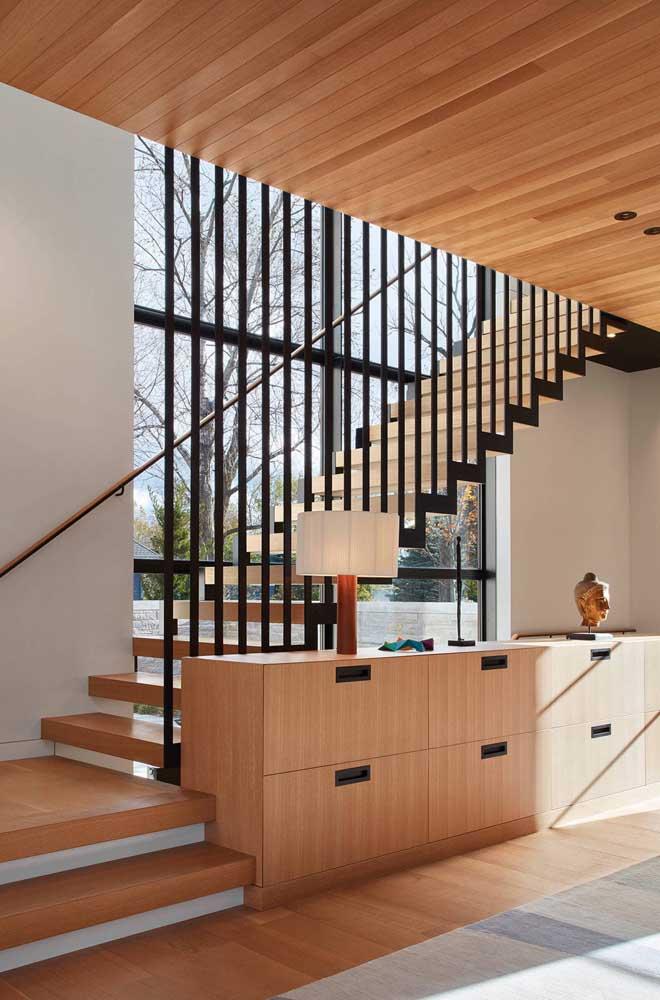 Você pode colocar armário embaixo da escada.