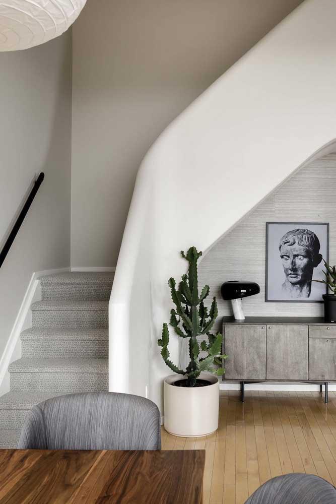 Escolha móveis e itens decorativos para colocar embaixo da escada.