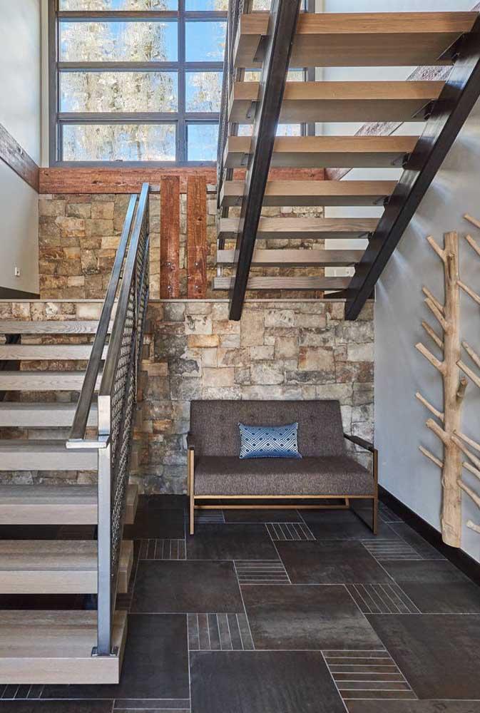 Basta colocar um sofá ou poltrona embaixo da escada para relaxar.
