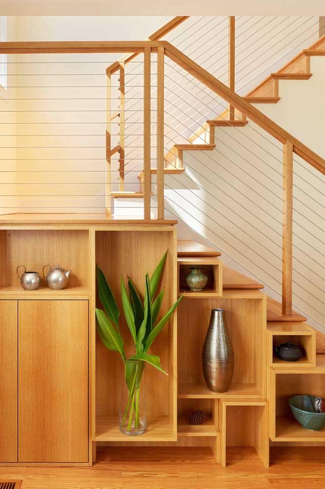 Você pode usar a área embaixo da escada para colocar objetos decorativos.