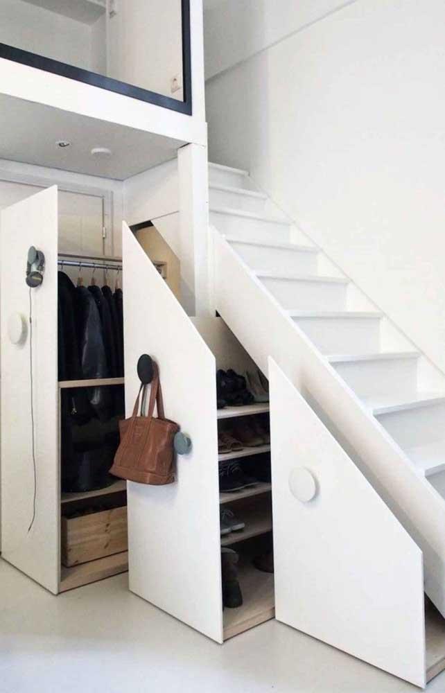 Que tal colocar o seu armário embaixo da escada?