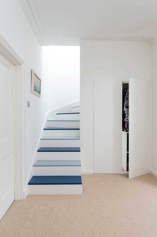 Aproveite o espaço embaixo da escada para fazer seu closet.