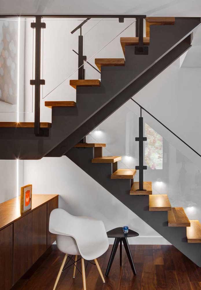 Um armário e cadeira podem complementar a decoração embaixo da escada.