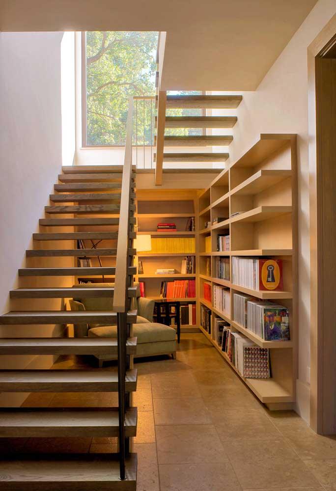 Se você tiver bastante espaço embaixo da escada, vale a pena aproveitar a área inteira.