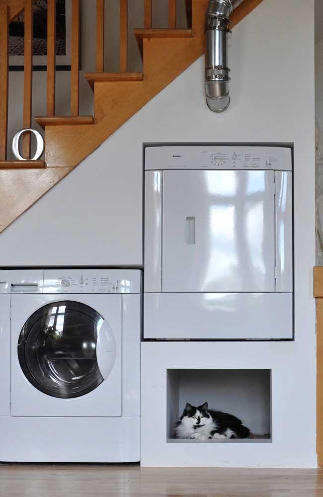 Olha como você pode aproveitar a área embaixo da escada para fazer a lavanderia.