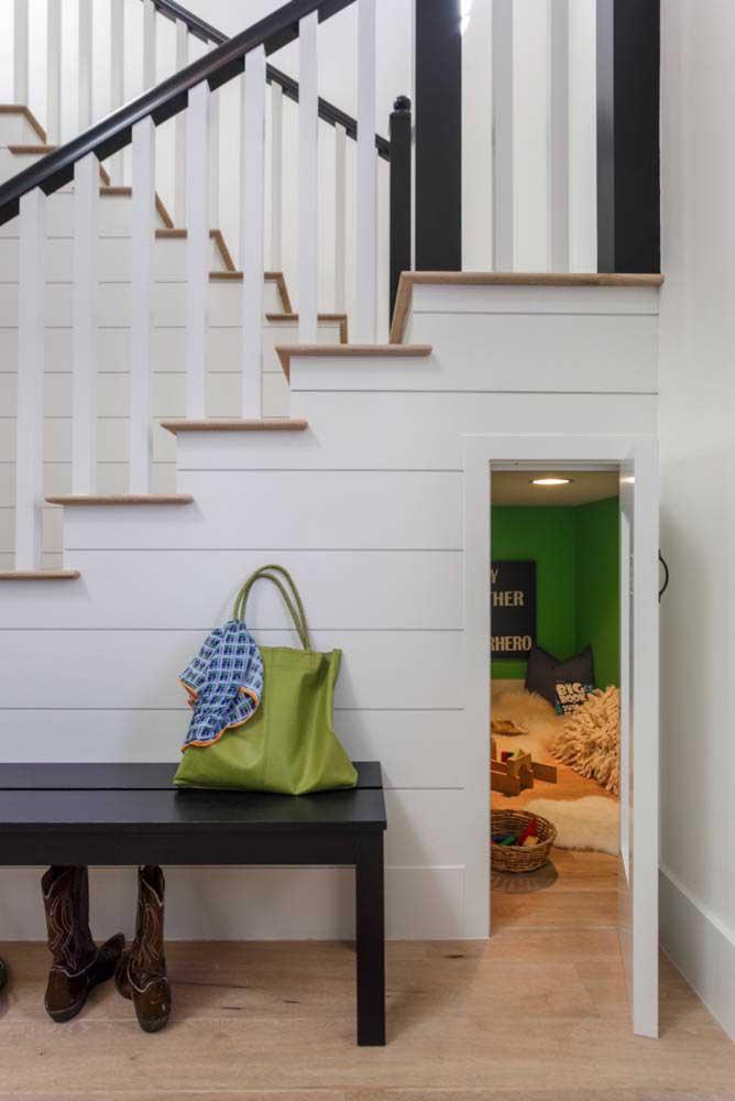 Que tal fazer uma casinha para as crianças brincarem embaixo da escada?
