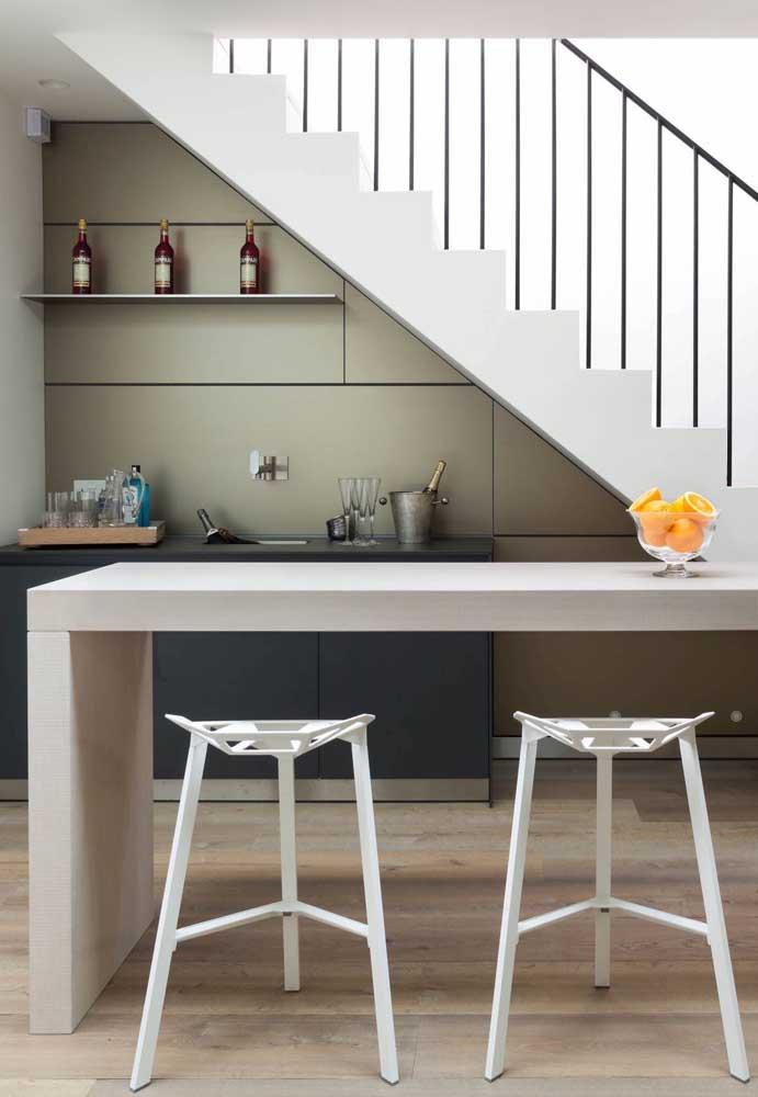 Um barzinho embaixo da escada pode ser uma ótima ideia.