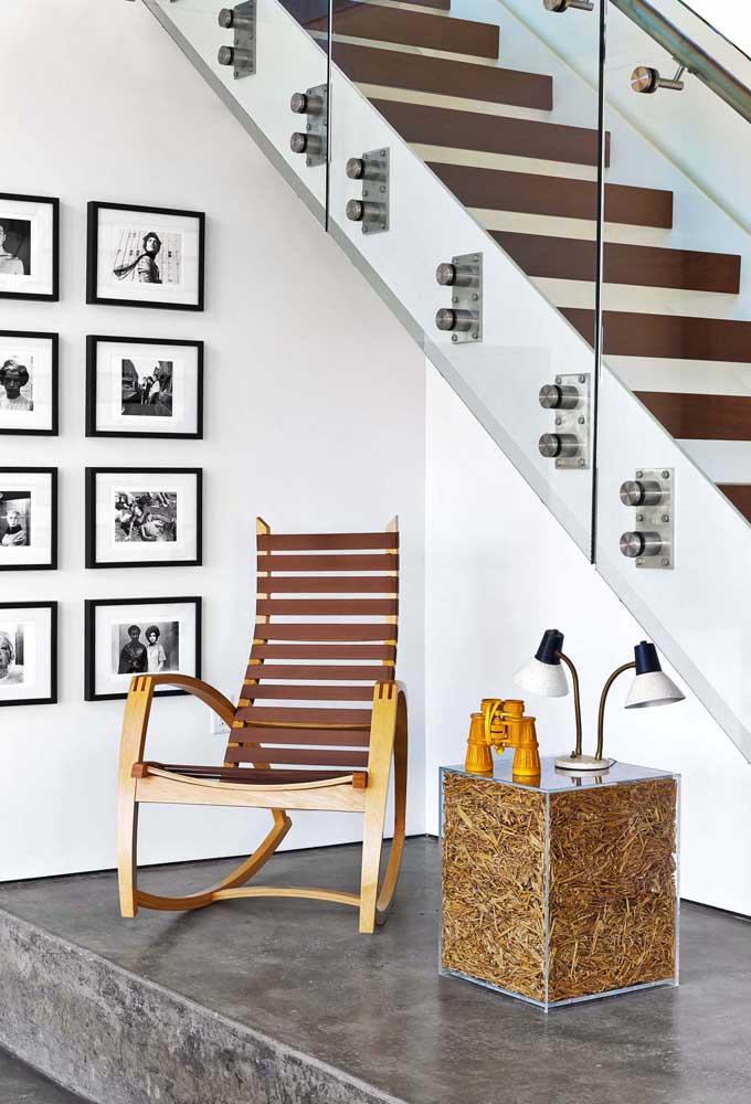 O que acha de colocar uma cadeira de balanço embaixo da escada?