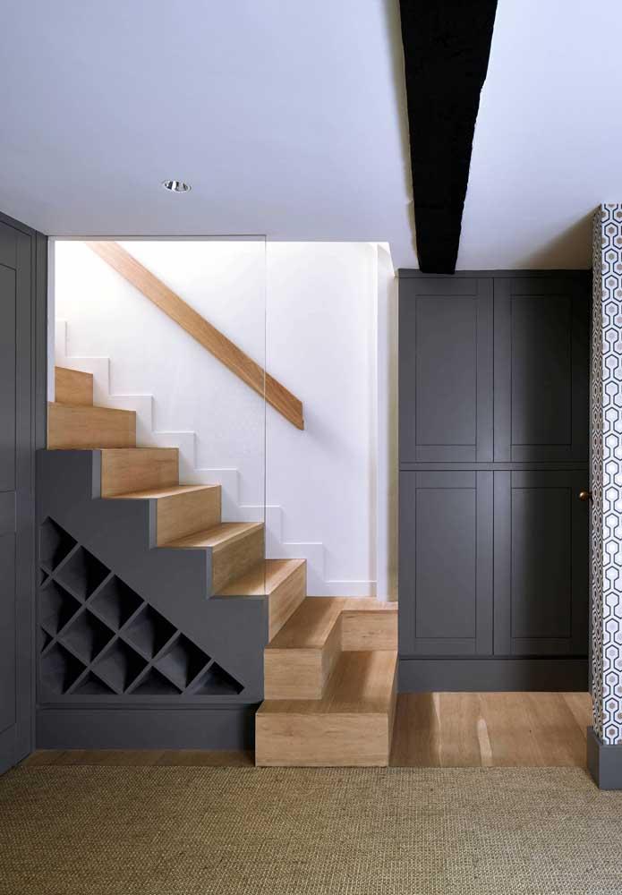 Você pode fazer uma adega entre os degraus da escada.