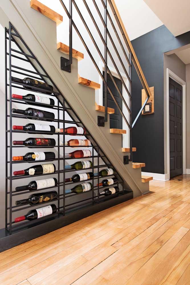 Você pode fazer uma adega mais moderna e sofisticada embaixo da escada.