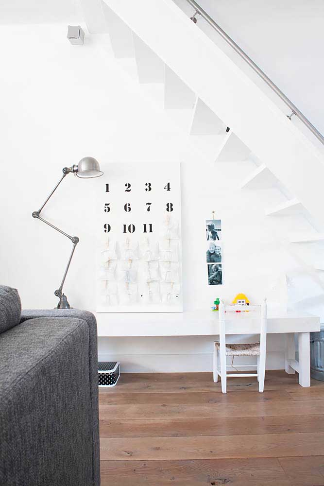 Prepare um cantinho de estudos embaixo da escada.