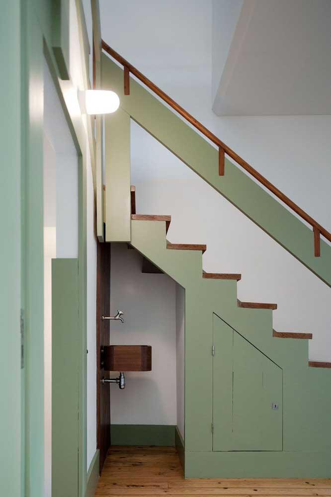 Sabia que é possível colocar um lavabo embaixo da escada?