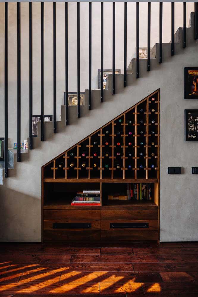 Uma mistura de adega e livraria embaixo da escada.